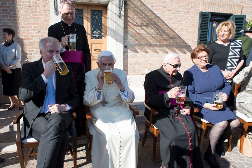 17 апреля. Папа на покое Бенедикт XVI отпраздновал 90-летний юбилей. День рождения он отметил кружкой пива в компании близких.