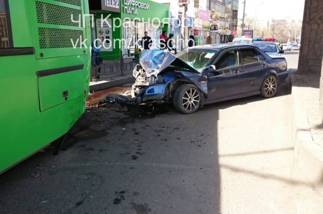 Нетрезвый ибесправный лихач наиномарке влетел вавтобус вКрасноярске