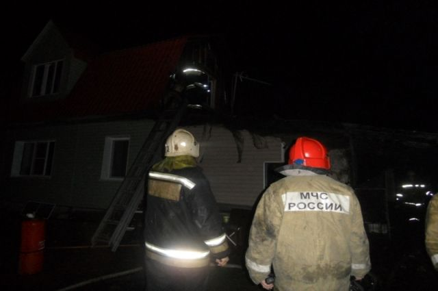 15 человек тушили ночной пожар под Тулой