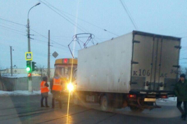 ВНовосибирске шофёр незаметил трамвай №13 истолкнулся сним
