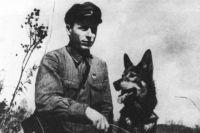 Никита Карацупа его собака Индус. 1936 год.