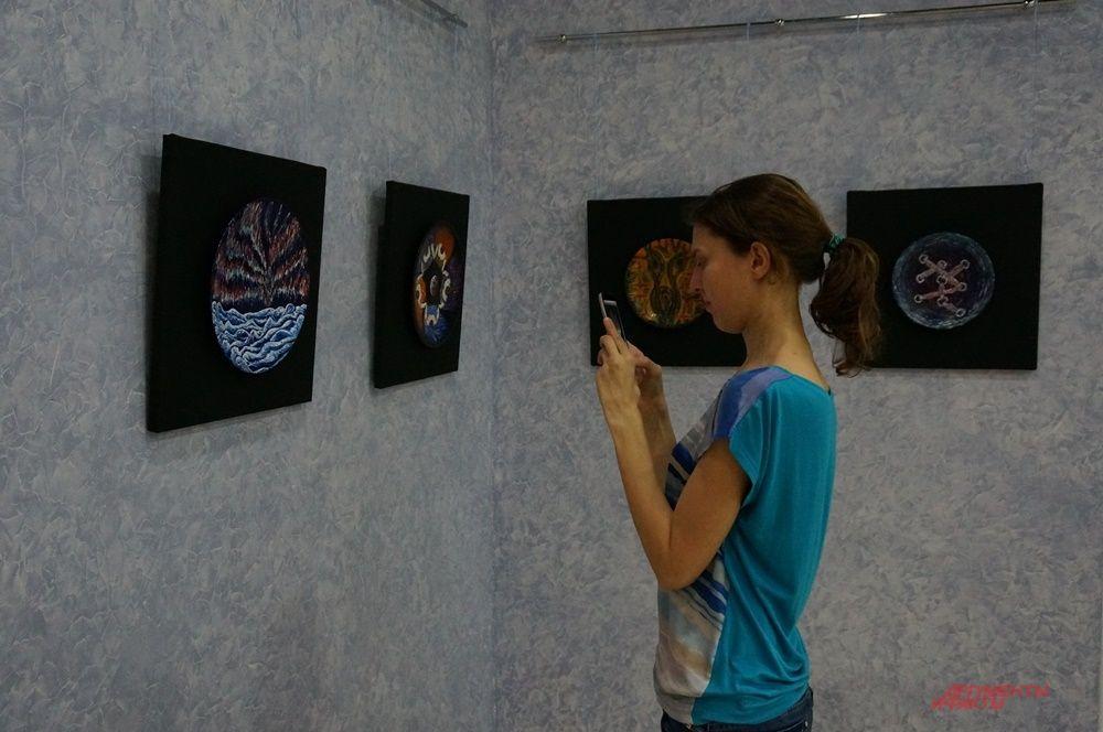 В коридорах можно было увидеть художественные экспозиции.
