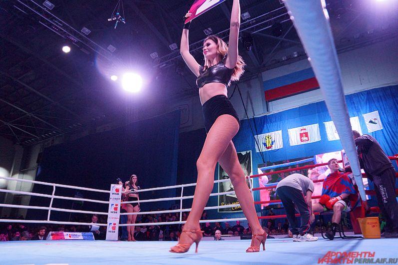Зрители увидели пять боёв в весовых категориях от 50 до 90 кг.