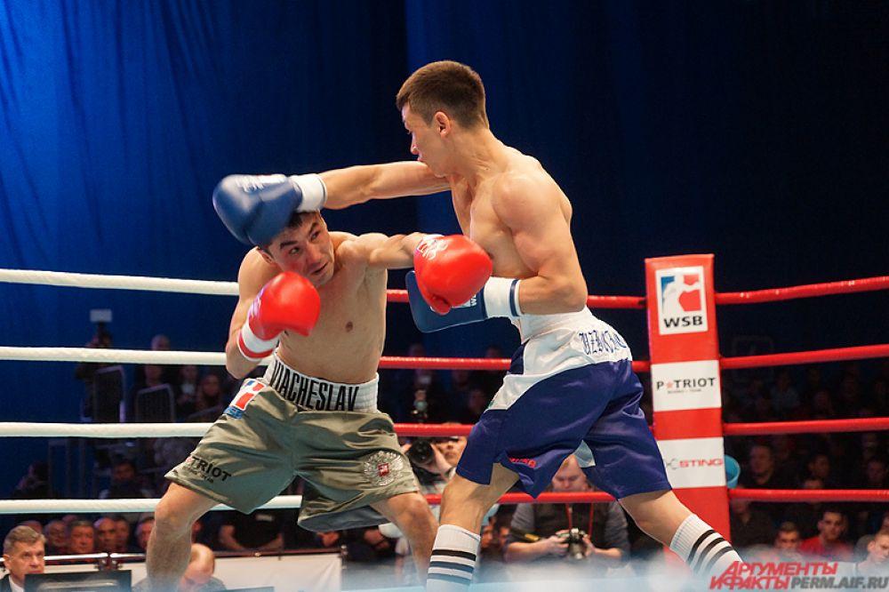 Открыл турнир поединок в самом легком весе. Аброржон Кодыров дрался против Вячеслава Ташкаракова.