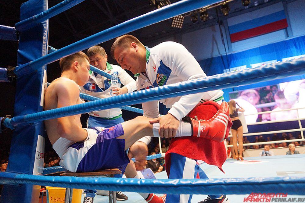 Поединки длились по три минуты, всего было пять раундов согласно регламенту соревнований.