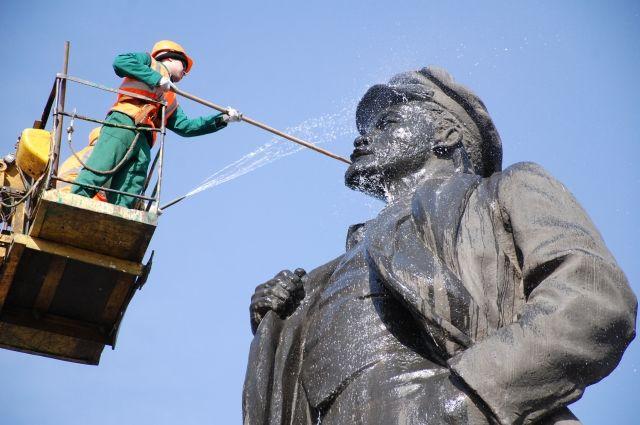 Ко дню рождения памятник Ленину на площади революции в Красноярске помыли.
