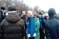 Жители дома на проспекте Невского, 30 объясняются с сотрудниками полиции