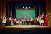 Где-то на сцену выходит почти вся труппа театра.