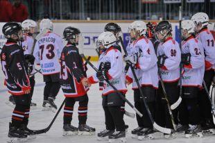 Матч-открытие хозяев поля и команды из Челябинска.