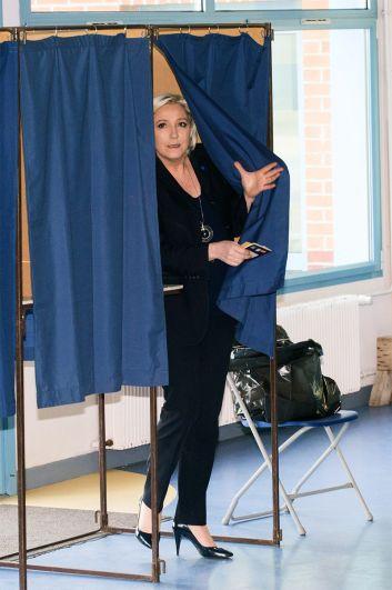 Лидер политической партии Франции «Национальный фронт», кандидат в президенты Франции Марин Ле Пен голосует на избирательном участке в Энен-Бомон.