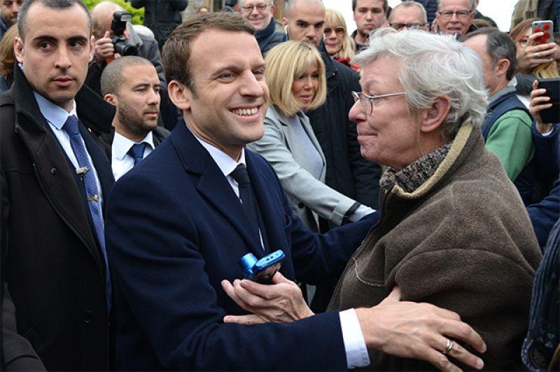 Кандидат в президенты Франции, лидер движения «En Marche» Эммануэль Макрон общается со своими сторонниками.