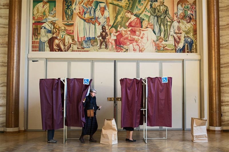 Избиратели голосуют на избирательном участке в Париже.