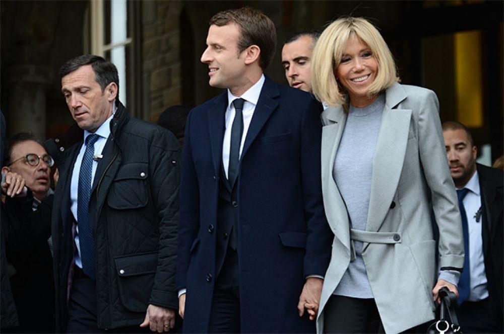 Кандидат в президенты Франции, лидер движения «En Marche» Эммануэль Макрон со своей супругой Бриджит.
