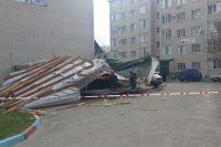 Из-за падения кровли повреждено восемь автомобилей