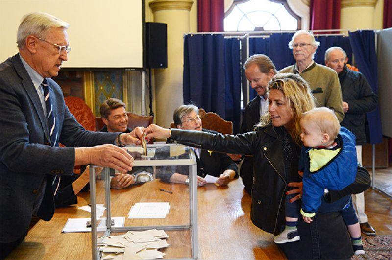 Избиратели голосуют на избирательном участке в коммуне Ле-Туке департамента Па-де-Кале.