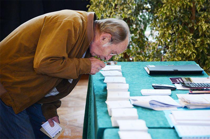 Мужчина голосует на избирательном участке в коммуне Ле-Туке департамента Па-де-Кале.