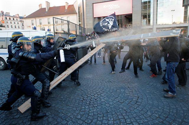 Столкновения протестующих и полиции в центре Парижа