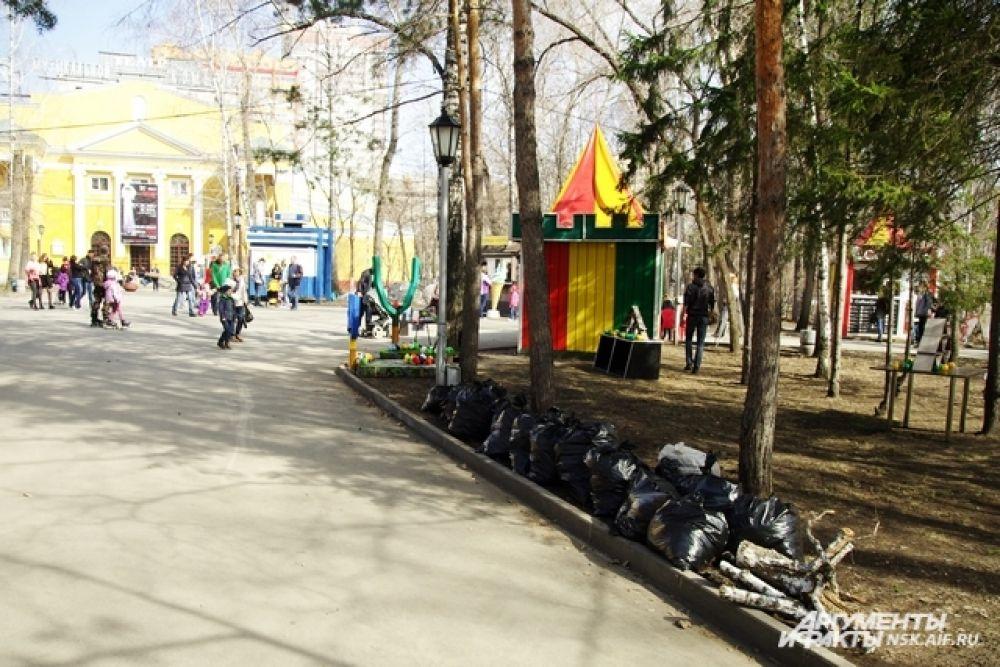 Организаторы выдали всем желающим метлы и мусорные пакеты