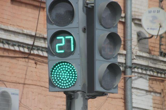 На перекрестке Мира-Советской Армии с 9.00 до 16.00 организация проводит профилактические работы. Светофор должны включить после их окончания.