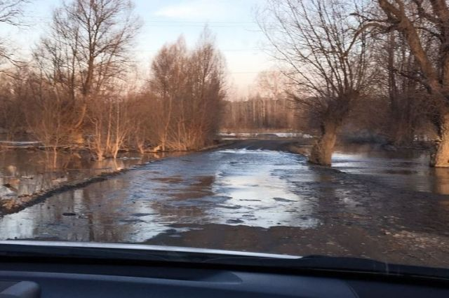 Талые воды подтапливают дороги в крае