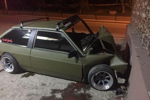 ВПятигорске 25-летний шофёр легковушки въехал встену здания