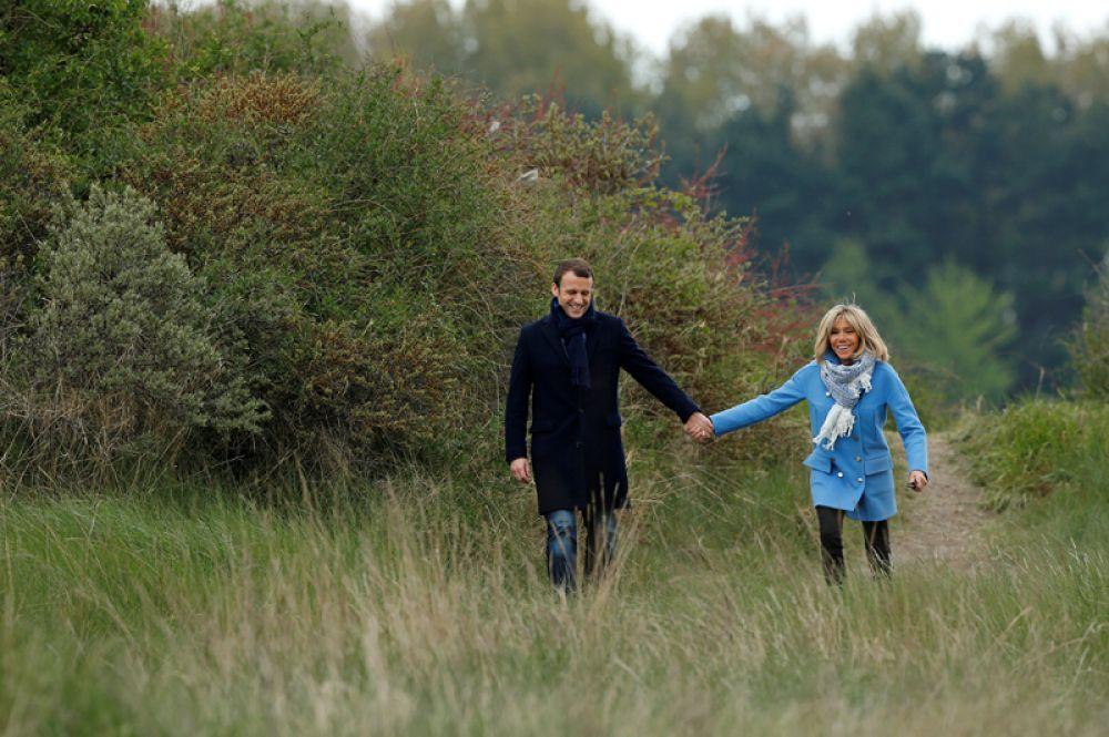 Эммануэль Макрон и Бриджит Троньё на фотосессии в Ле Туке.