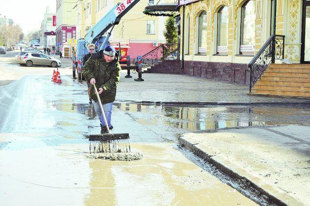 Дороги чистили при помощи пылесоса «Вихрь».