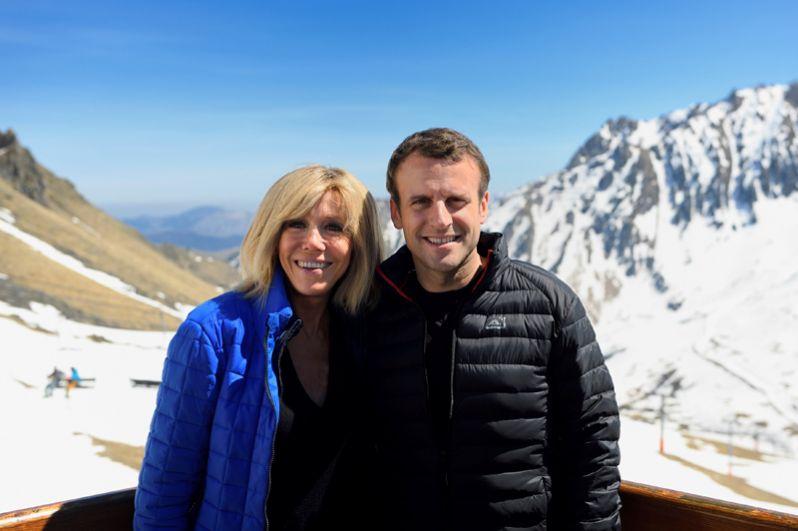 Эммануэль Макрон и его супруга Бриджит Троньё во время визита в Баньер-де-Бигор в Пиренеях.