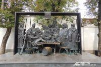 Горельеф «Казаки пишут письмо турецкому султану» краснодарского скульптора Владимира Пчелина, созданный по известной картине Ильи Репина.