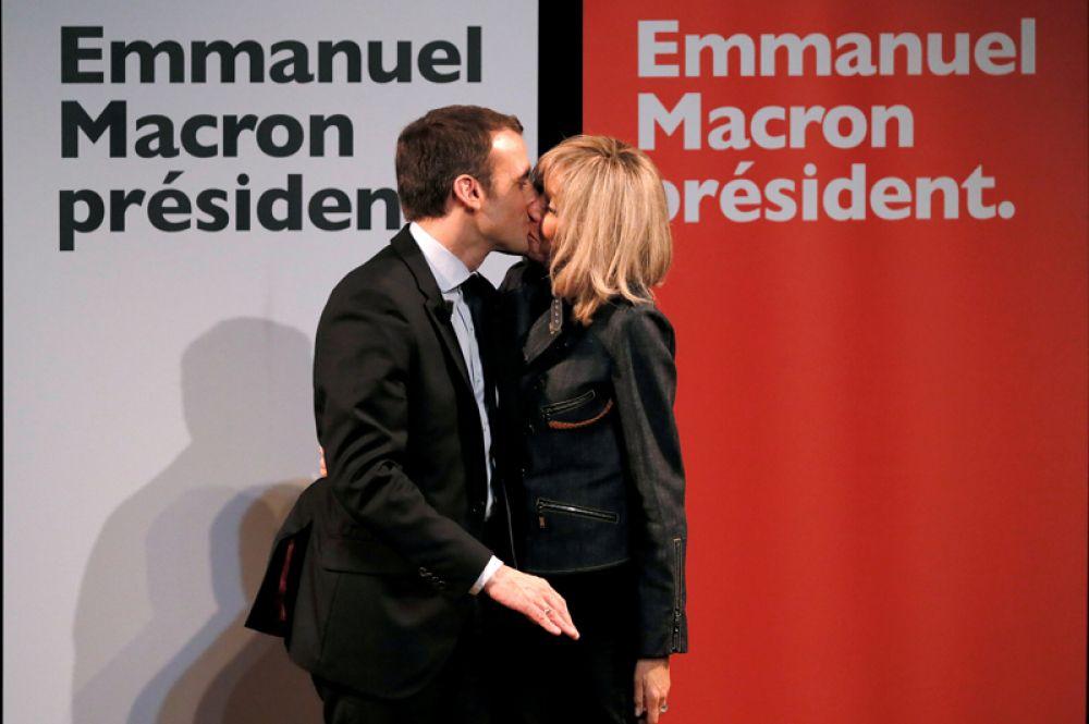 Эммануэль Макрон и Бриджит Троньё в день 8 марта в Париже.
