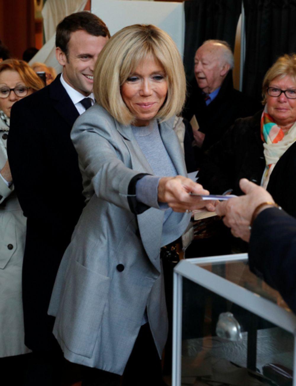 Бриджит Троньё голосует на первом туре президентских выборов 23 апреля во Франции.