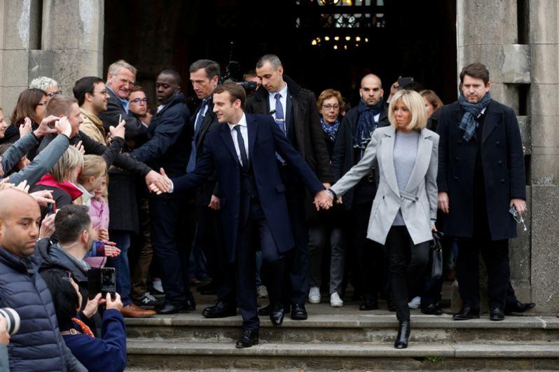 Эммануэль Макрон и Бриджит Троньё на избирательном участке.