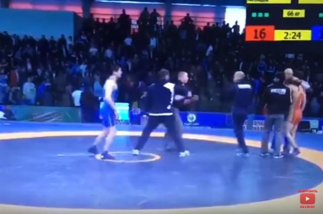 На состязании повольной борьбе тренеры исудьи устроили драку