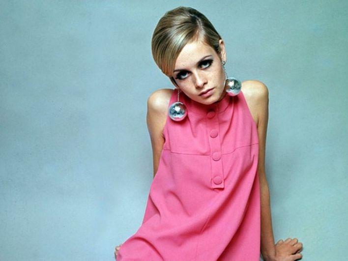 1960-е годы стали переломными для идеалов женской красоты. Тогда на смену пышным женским формам пришли худышки. Женщины стремились выглядеть максимально миниатюрно. Идеалом для мужчин тогда считалась модель Твигги