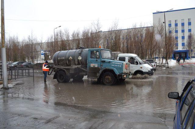 В Надыме коммунальщики брошены на ликвидацию луж.