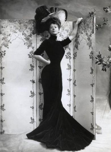 В начале ХХ века идеалом женской красоты начали считаться так называемые «девушки Гибсона». Тогда в почете были широкие бедра, большая грудь, но при этом очень узкая талия, которая достигалась с помощью корсетов. Эталоном среди «девушек Гибсона» стала американская актриса Камилл Клиффорд