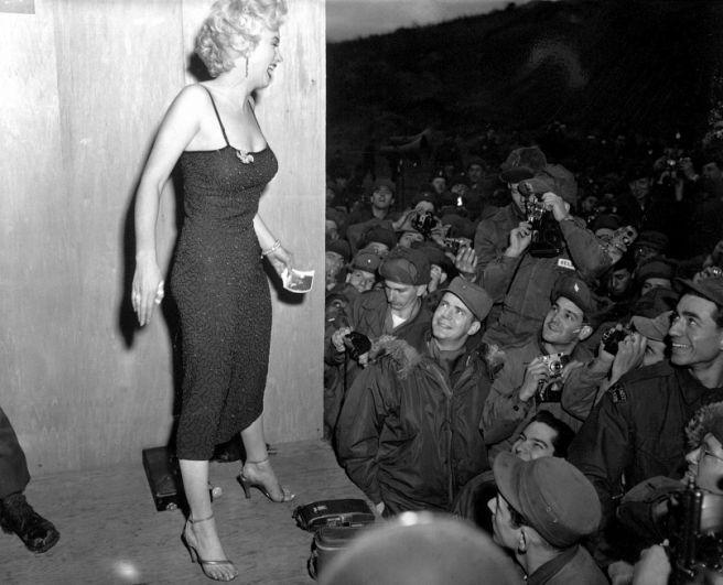 1950-е годы стали эпохой легендарной Мэрилин Монро. Именно эта роскошная блондинка ввела в моду пышные женские формы и кокетливое поведение. Актриса обладала бедрами и грудью в целых 96 сантиметров, но талия при этом была всего 62 сантиметра