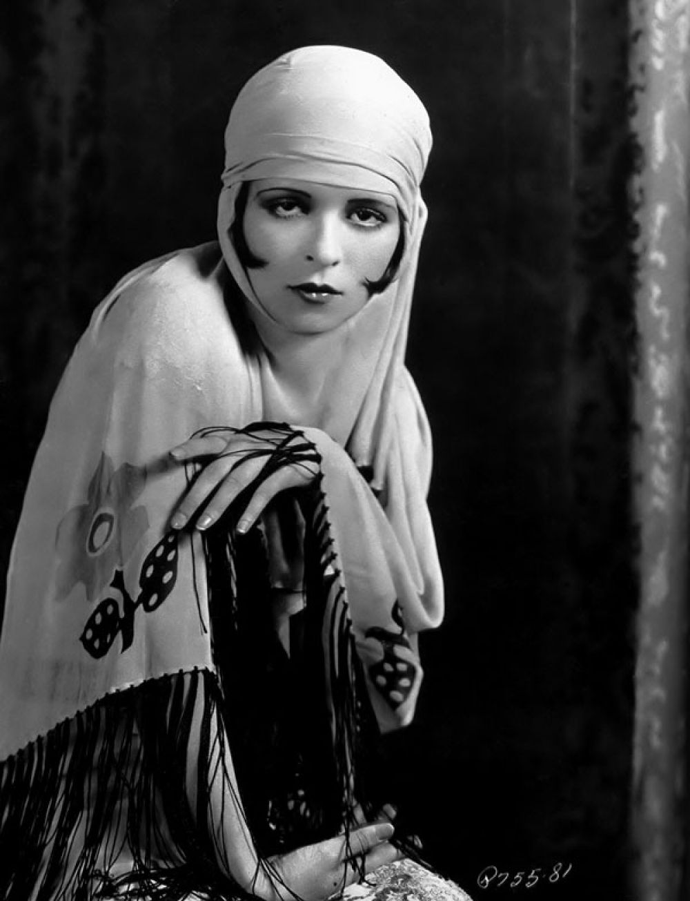 После Первой мировой войны пришла эпоха флепперов – ярких и независимых девушек, которые обладали мальчишеской фигурой. Флепперы отказались от корсетов, заменив их прямыми платьями, а также вели вызывающий образ жизни, постоянно пропадая на вечеринках. Известной представительницей флепперов была актриса Клара Боу