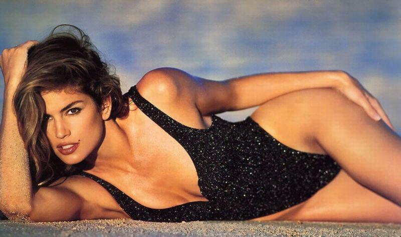 1980-е годы считаются эпохой супермоделей. На смену просто пышным или худым девушкам пришли подтянутые фигуры, которые достигались с помощью фитнеса. Эталоном красоты стала Синди Кроуфорд