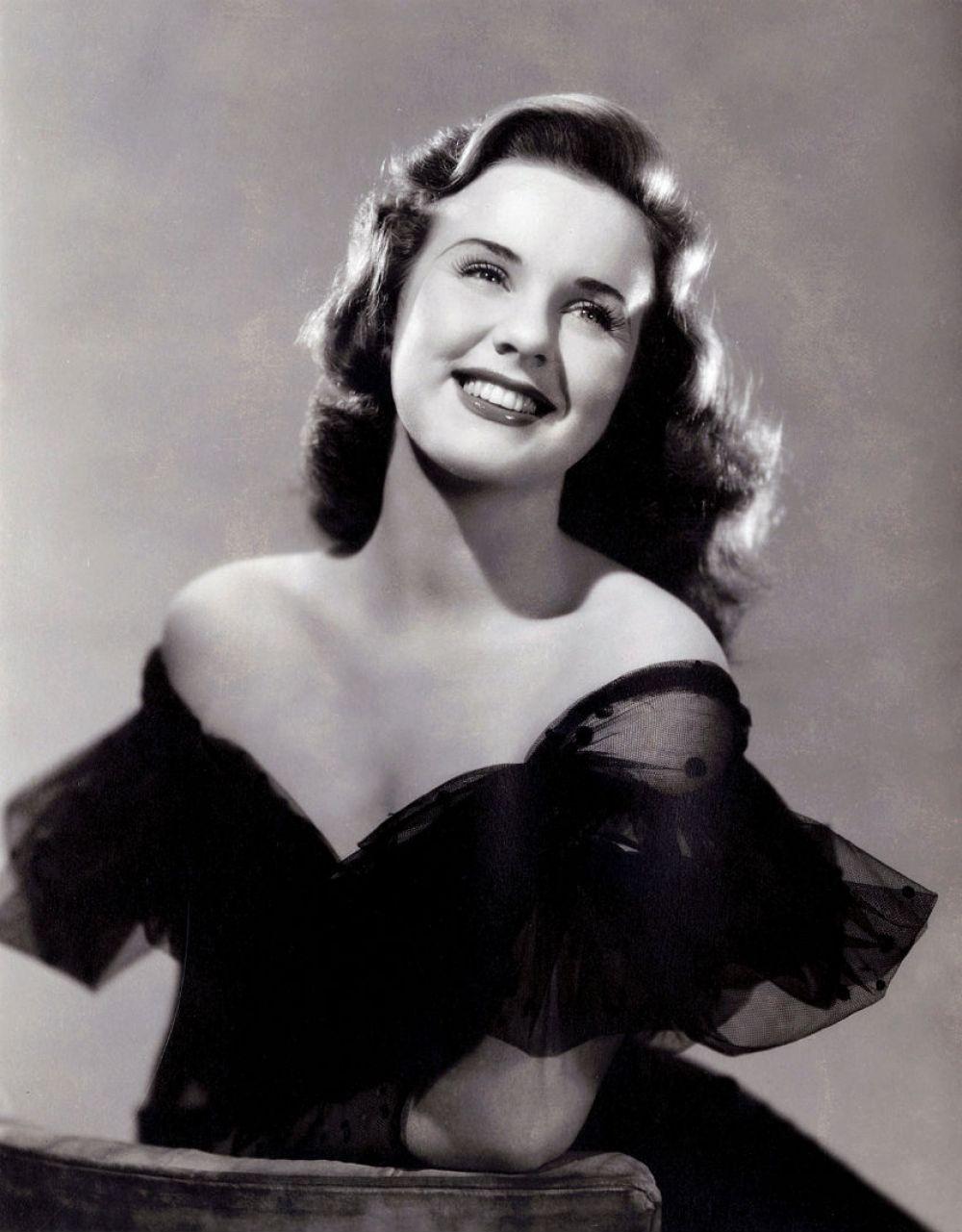 Вторая мировая война оставила свой отпечаток и на идеалах женской фигуры. Так, пережив сложный период, в моде были дамы с крепкими ногами и широкими плечами. Главной красавицей тогда считалась американская актриса Дина Дурбин