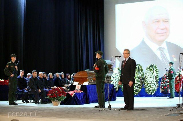 Виктора Лазуткина похоронили на Аллее Славы Ново-западного кладбища.