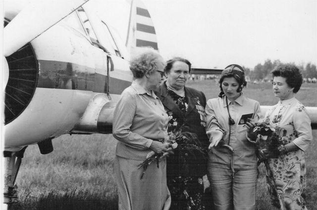Юная Валентина Дрокина (третья слева) рассказывает о себе Героям Советского Союза Анне Егоровой, Тамаре Константиновой и Марии Смирновой.