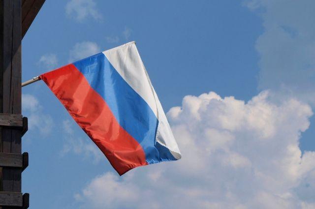 Работница латвийской милиции получила выговор зафлажок Российской Федерации вмашине