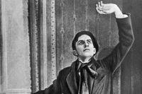 Владимир Маяковский позирует для плаката ккинофильму «Недля денег родившийся», 1918 г.