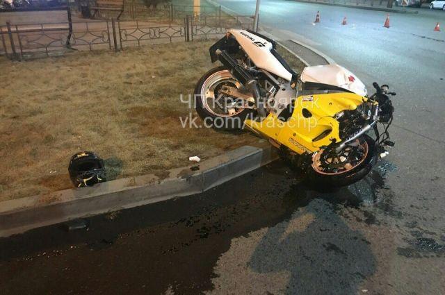 Водитель мотоцикла, 1996 года рождения, с серьёзными травмами доставлен в больницу.