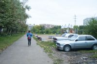 Парковаться на газоне, детских и спортивных площадках запрещено.