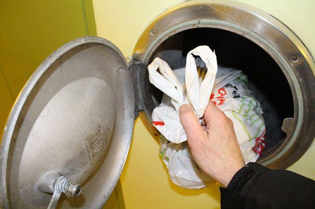 По правилам мусоропровод нужно мыть раз в месяц.