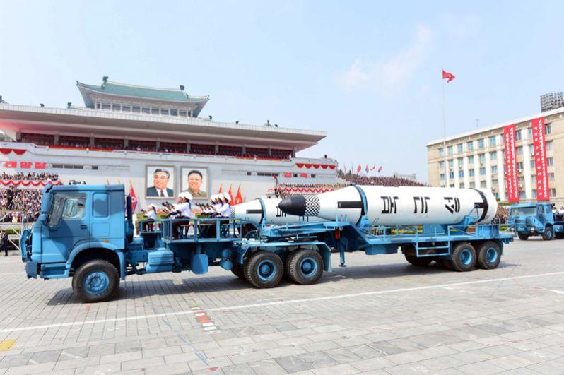 Баллистическая ракета Pukkuksong во время военного парада, посвященного 105-летию со дня рождения основателя Северной Кореи Ким Ир Сена в Пхеньяне.