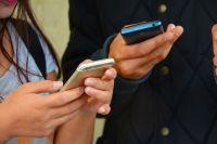 Для общения инвалиды по слуху используют смс и интернет.
