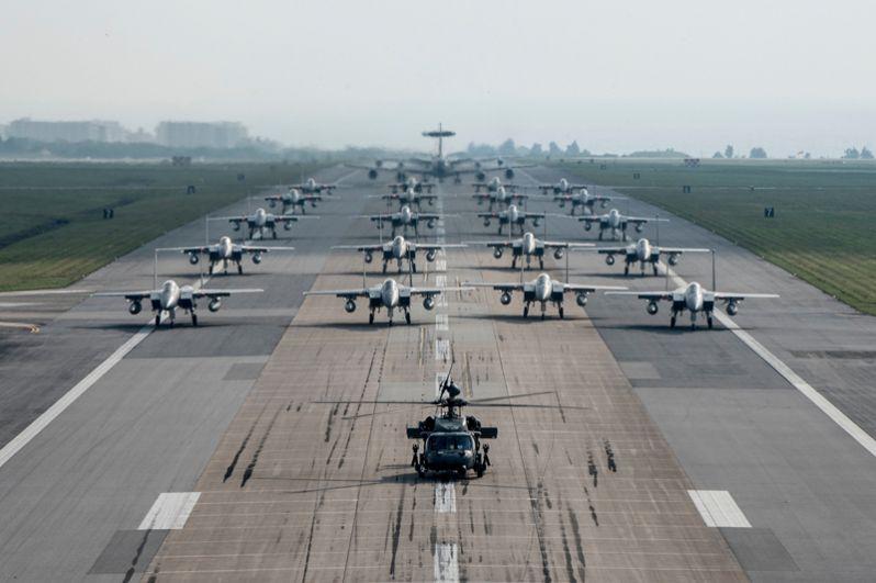 Военно-воздушные силы насчитывают 458 истребителей, 572 штурмовиков, 100 транспортных и 169 учебно-тренировочных самолётов, а также 202 вертолёта и 20 ударных вертолётов.